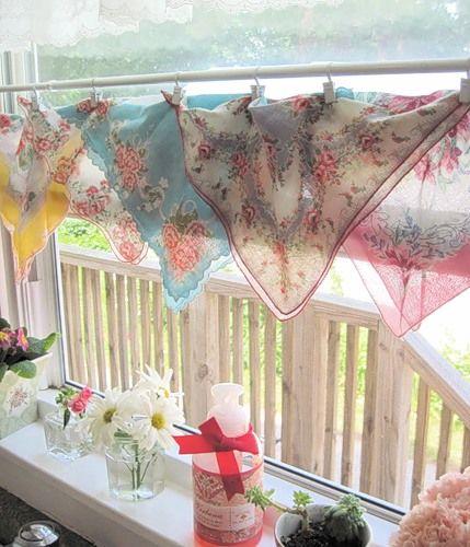 Декор для вікна з носових хусток