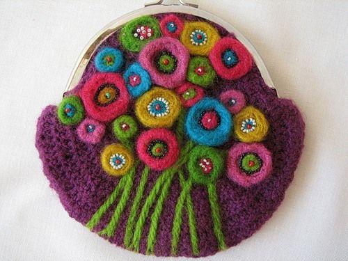 Косметичка гачком з валяння квітами